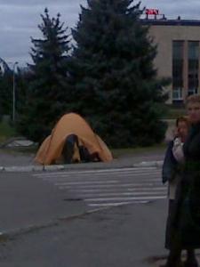 Оранжевый пикет на Центральной площади Изюма ???