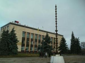 На центральній площі міста Ізюм встановили конструкцію під новорічну ялинку.