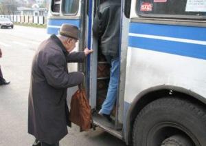 Водители частных автобусов в Константиновке грубо выталкивают льготников из салонов