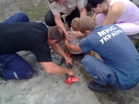 Боровський район: рятувальники допомогли малюку вибратись з пастки
