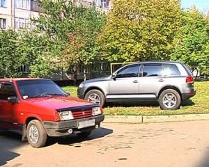 У  Лозовій штрафують за авто на газоні