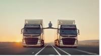 Жан-Клод Ван Дамм удивил шпагатом между движущимися грузовиками