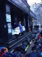 У здания Генеральной прокуратуры Украины митингующие  начали лежачий протест.