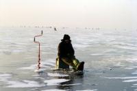На зимней рыбалке лед должен быть светло-зеленого цвета и толщиной не меньше 7-10 сантиметров