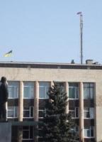На вежі  мобільного зв'язку  в Ізюмі - російський триколор