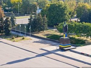 Молодежь Краматорска выкрасила памятник Ленину в цвета национальной символики Украины.