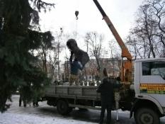 У Чернігові знесли два пам'ятники діячам комунізму.