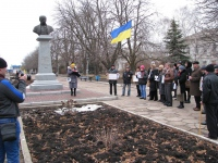 1березня в Ізюмі відбувся небагатолюдний мітинг на підтримку Надії Савченко.