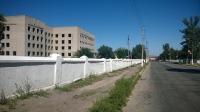 В Ізюмі громадські активісти розфарбують паркан