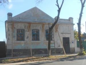 В історичному мікрорайоні Ізюма ремонтують стару будівлю
