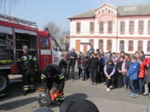 Ізюмські рятувальники продемонстрували учням аварійно-рятувальне обладнання