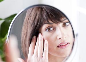 Як омолодити шкіру обличчя і зберегти його овал