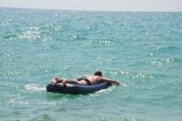 Девочку обнаружили в море на матраце с умершим отцом